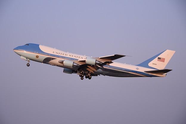 綺麗な夕日を浴びて。。オバマ大統領乗せたエアフォースワン ランウェイ36テイクオフ。。20160522