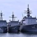 吉倉桟橋にいる潜水艦救難母艦ちよだ、海洋観測艦しょうなん、掃海母艦うらが。。