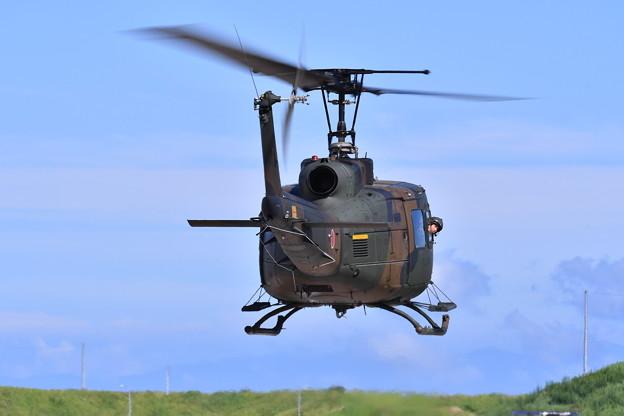 木更津駐屯地のヒューイ。。低空飛行で回転。。