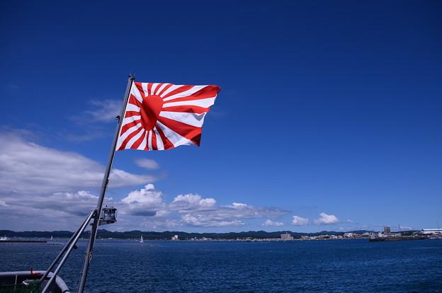 多用途支援艦えんしゅうの甲板から見る館山港と青空。。
