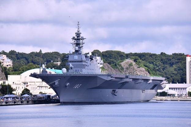 夏の横須賀基地。。逸見岸壁に護衛艦いずも