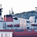砕氷艦しらせの横を陸自コブラ木更津へ。。20160806
