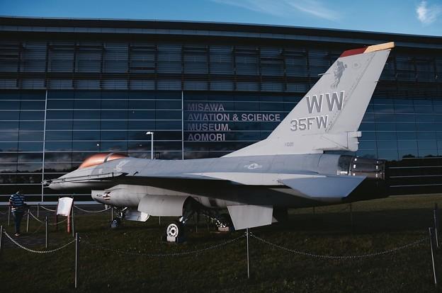 三沢航空科学館 初期の米空軍F-16A。。20160910