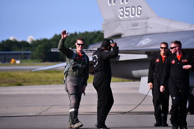 イケメンのF-16デモストレーションチームパイロット。。