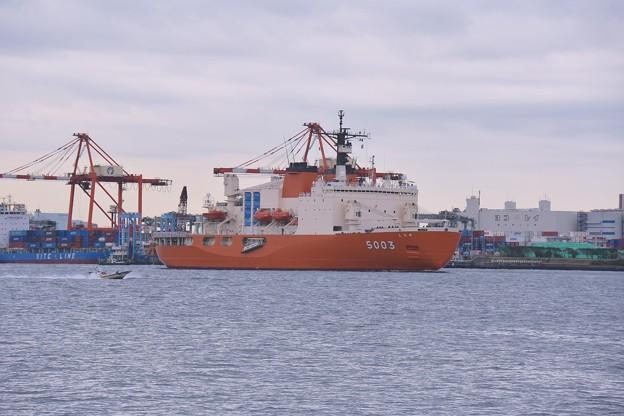 再び南極へ向かう前に。。東京湾を走行する砕氷艦しらせ 朝 20161110