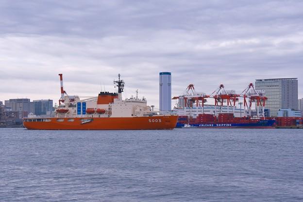 朝の東京湾品川埠頭と砕氷艦しらせ。。東京湾 20161110
