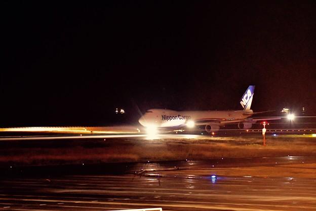 北九州空港 雨降る滑走路へ日本貨物航空のB747-8F 20161128