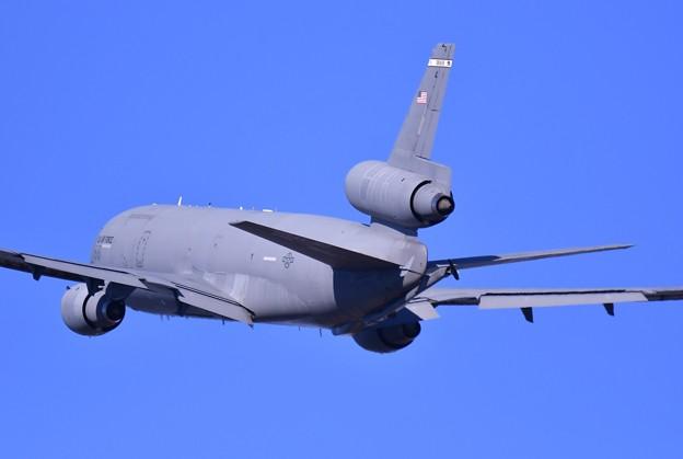 暮の横田で青い空へトラビスのKC-10 3発エンジンうなる。。20161230