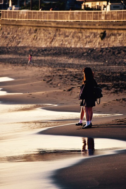 稲村ヶ崎の夕暮れ。。海岸で女子高生も青春。。20170107