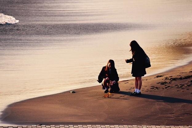 太陽も沈み始める稲村ヶ崎の海岸。。何かを拾って。。20170107