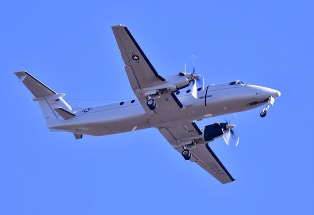 ある日の厚木基地。。横田の米空軍輸送機C-12J。。ローパス飛行 20170113