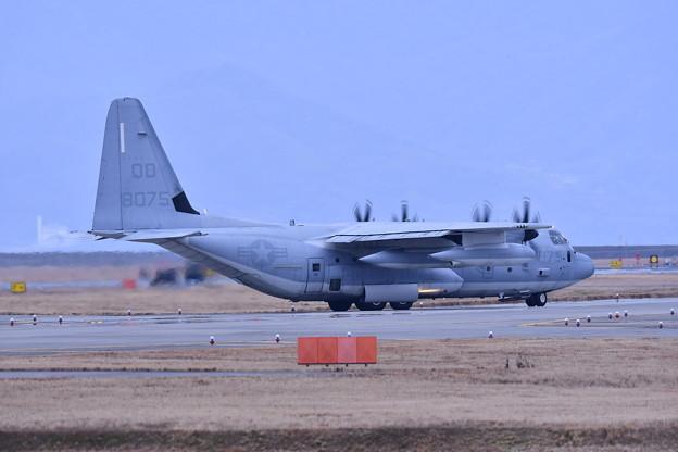 ある日の岩国基地。。夕方基地へスモウのKC-130空中給油機 米海兵隊 タキシング 20170208