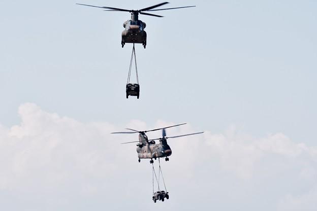 木更津航空祭。。装甲車を運搬 援護デモストレーションチヌーク