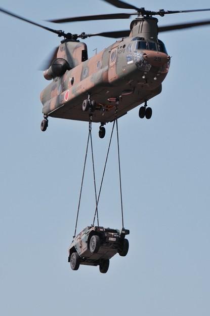 木更津航空祭。。チヌークで装甲車空輸。。。