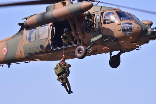 木更津航空祭。。負傷者救出デモストレーション ブラックホークへ