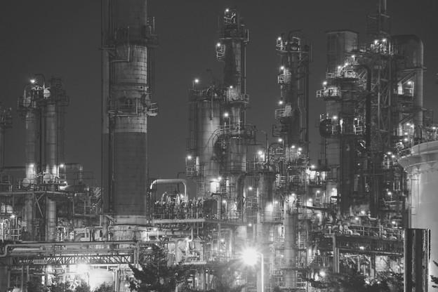 モノクロの景色。。水江町の工場夜景群 20170304