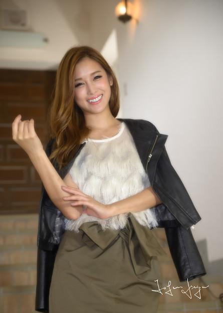 写真: 益田杏奈階段笑顔