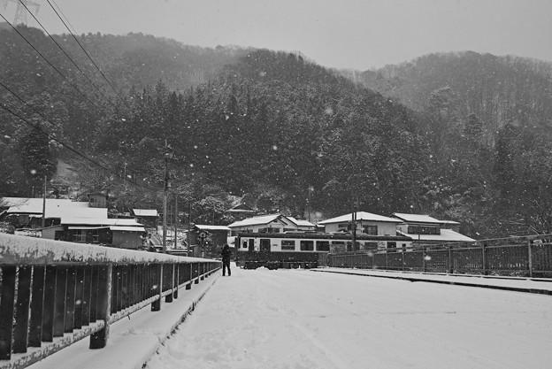 雪降る踏切