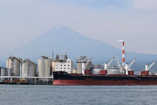 富士山をバックに工業地帯が並ぶ@田子の浦漁港
