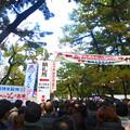 写真: 祝日と重なり大勢の参拝者が詰め掛けた