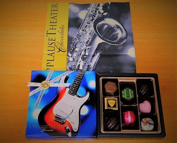 写真: パッケージを彩る楽器たち