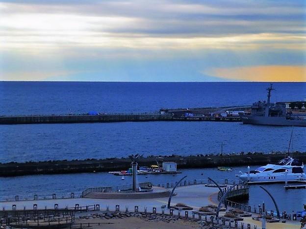 Photos: 薄っすらと見える伊豆大島