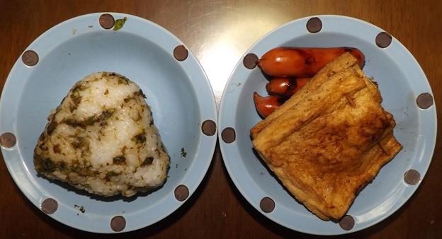 昼食(フキノトウ炒めご飯・ウィンナー・チーズin油揚げの醤油焼き)