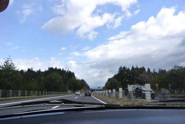 東北自動車道北上中も青空の天気雨に遭遇