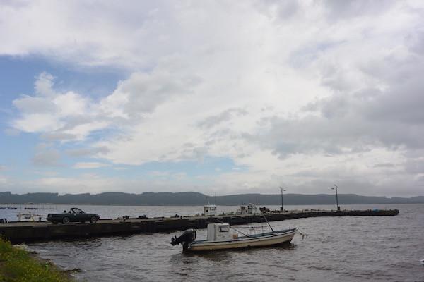 小川原湖と漁船とロードスター