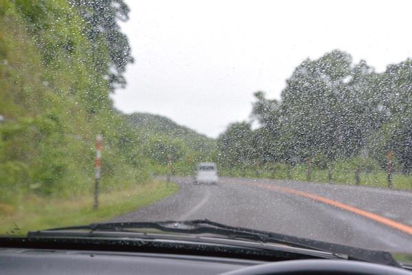 函館の街を出発して10分後には雨が降り出し幌を閉じました