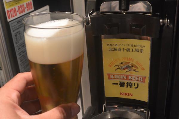 空港のラウンジでは北海道千歳工場産のビールを楽しむ