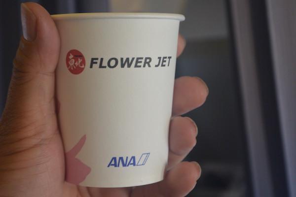 機内サービスで使われる「東北FLOWER JET」と書かれた紙コップ