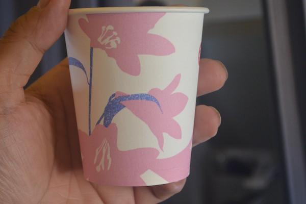 紙コップもシートカバーとお揃いの花のデザイン