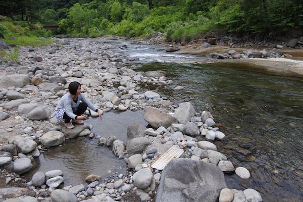 河原地面から温泉が湧いていて、岩で囲って湯船にしている