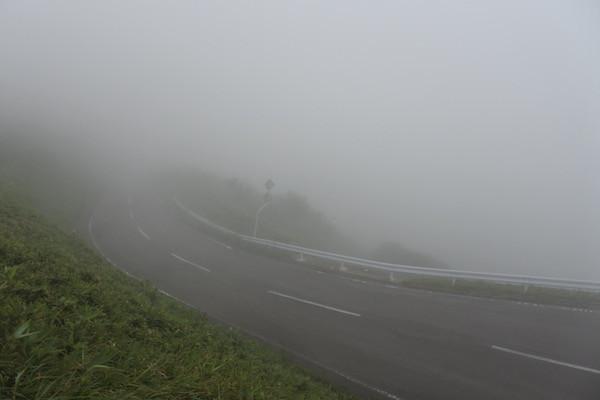 竜泊ラインの展望台は真っ白な霧の中