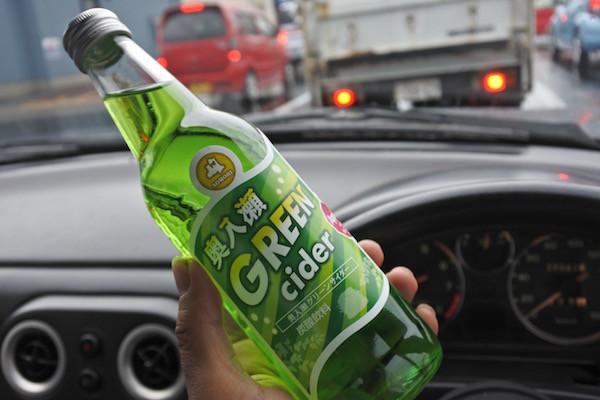 ワ・ラッセの売店で購入した奥入瀬グリーンサイダーを飲みながら出張先へ出発