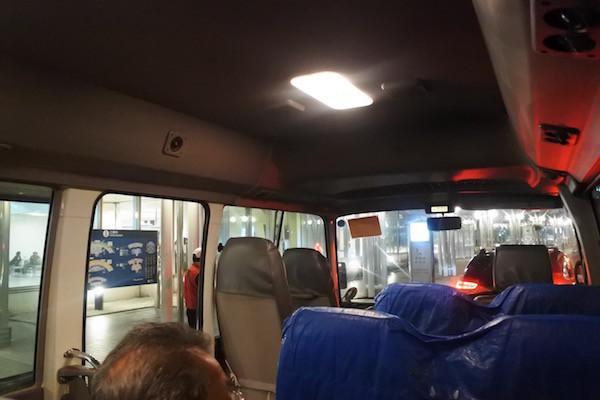 送迎バスに乗って駐車場へ