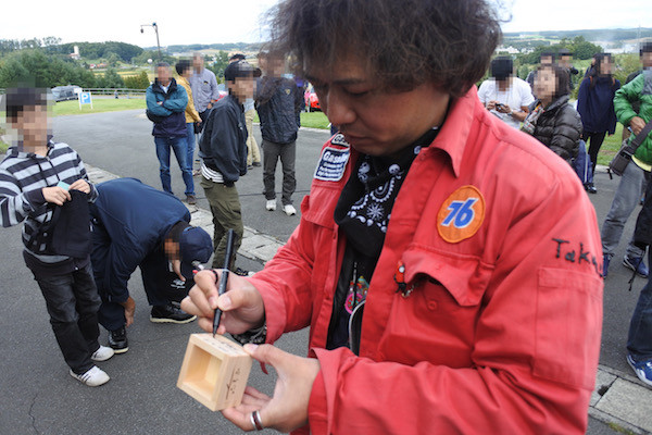 Takuyaさんにサインを頂く