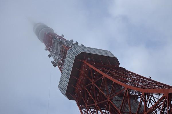 東京タワーの先端が霧に隠れて見えない