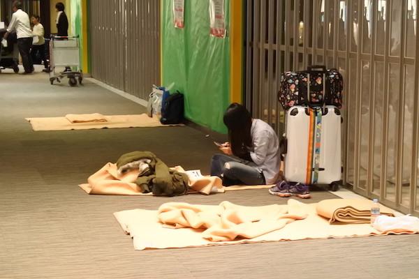 22日の夜は3,000人近くの人が空港で夜を明かした