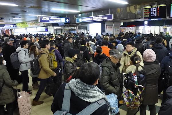 運転再開時刻でもJR札幌駅改札前は大混雑