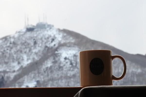 駅のカフェで函館山を見ながらくつろいで