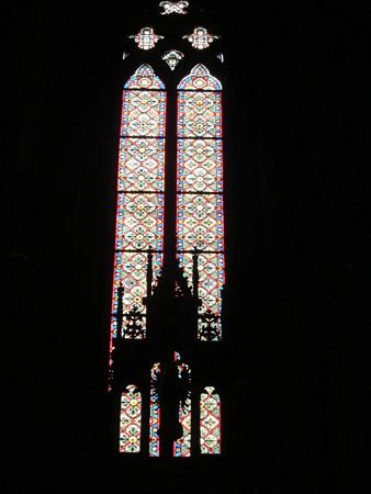 祭壇がうつったステンドグラス