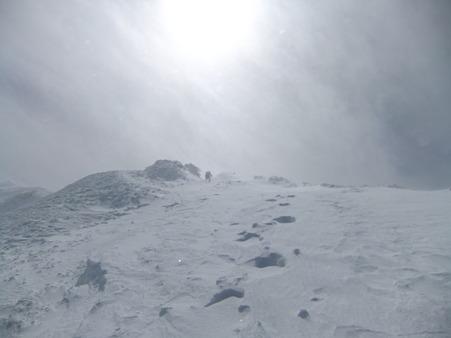 地吹雪中を登る先行者