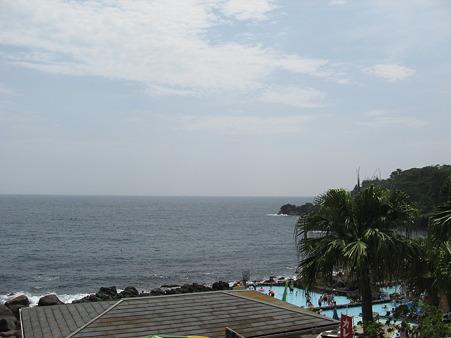 海に一番近いプール