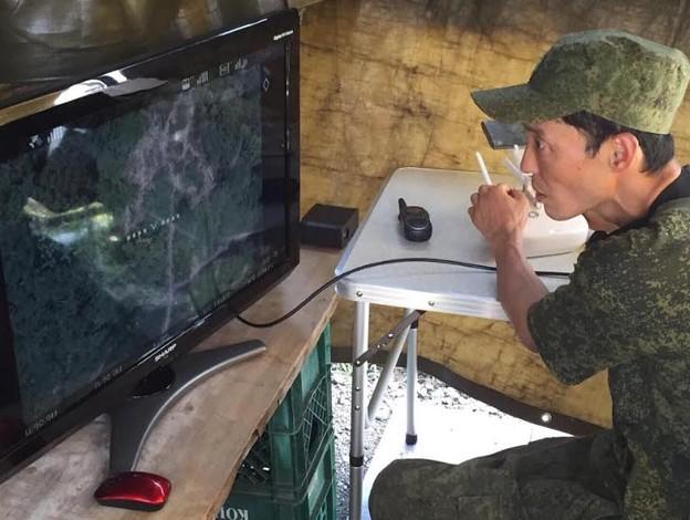 写真: ドローン操作中の屯田兵さん。
