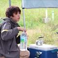写真: お昼休みに水分補給するリタ君。